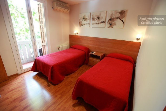 Hostal madrazo en barcelona b b for Hostal familiar barcelona